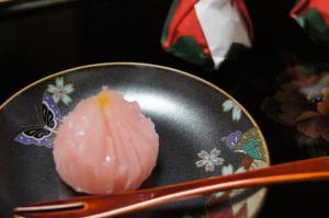 金柑ピールが混ぜ込められた餡が入っています。