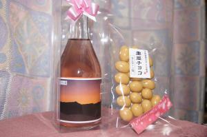 地元産赤米のお酒と、地元産黒豆のチョコ